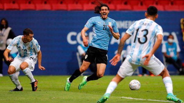 Edinson Cavani reclamó penal durante el Argentina vs. Uruguay