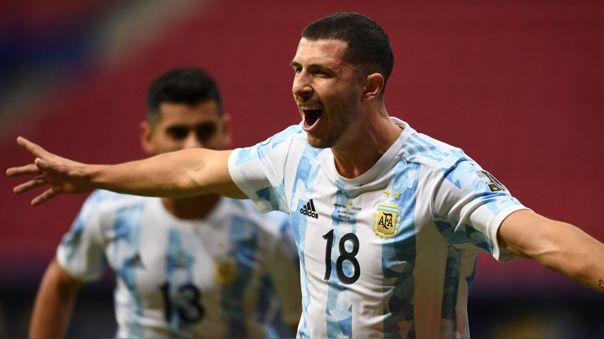 Guido Rodríguez celebra su gol en el Argentina contra Uruguay.