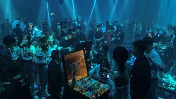 Una fiesta en una discoteca en Wuhan, el epicentro de la pandemia en China.