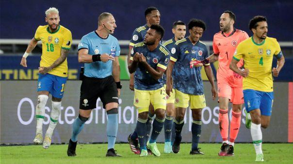 El árbitro cobró un polémico gol para Brasil frente a Colombia.