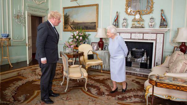 La reina Isabel II y Boris Johnson.