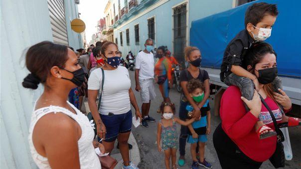 Un grupo de personas exige que liberen a sus familiares detenidos durante las protestas