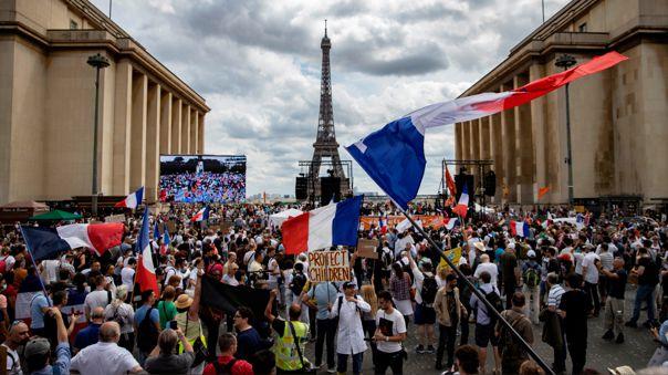 Mitad de la población de Francia está vacunada contra la COVID-19.