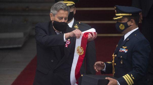 Francisco Sagasti entregó la banda presidencial en la puerta del Congreso.