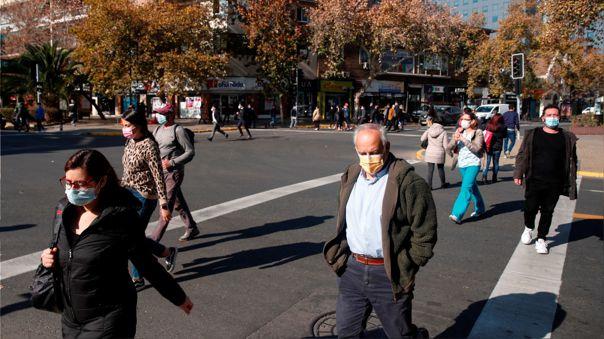 Un grupo de personas camina por una calle de Santiago (Chile)