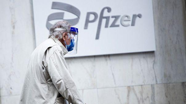 Pfizer afirma que tercera dosis podría mejorar protección contra variante delta