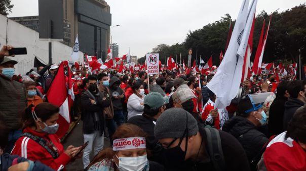 Multitudinaria marcha contra el Gobierno de Pedro Castillo inició en el Campo de Marte.