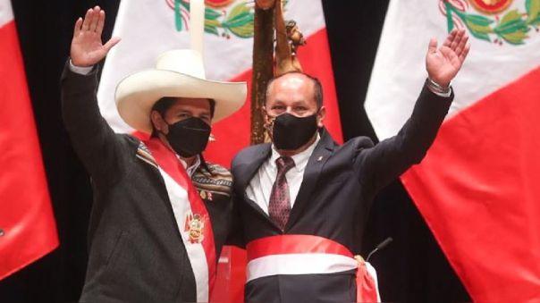 Juan Francisco Silva junto al presidente Pedro Castillo luego de jurar como ministro de Transportes.