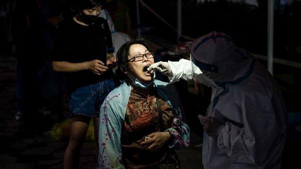 China reportó su nivel más alto de nuevos casos diarios de COVID-19 desde enero.