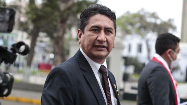 Según la investigación de Punto Final, el suboficial PNP Carlos Zárate es hombre de confianza de Cerrón y ambos tienen una estrecha relación amical.