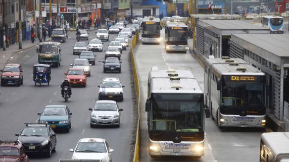La conversión al transporte eléctrico debería empezar por los buses de transporte público, según el ing. Guerrero.