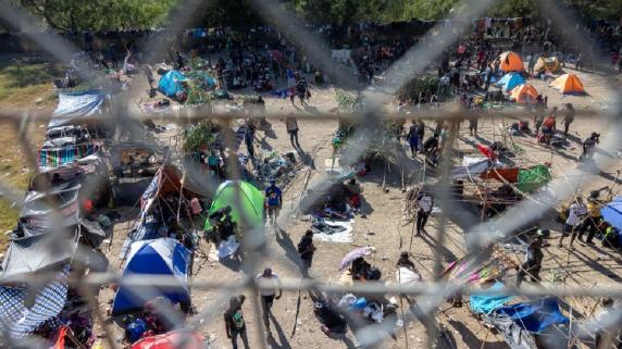 Unos 10.000 migrantes acampan bajo un puente en la frontera de EEUU