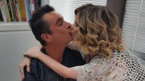 Johanna San Miguel compartió una romántica fotografía con su amigo Carlos Carlín