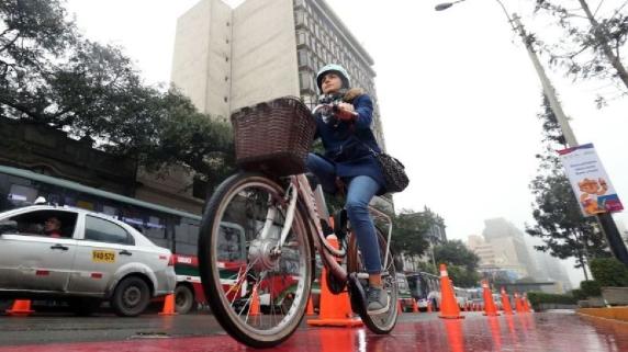 Usar una bicicleta como medio de transporte contribuye a la descongestión del parque automotor. | Foto: Andina.