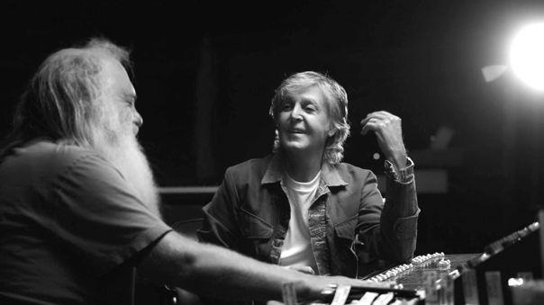 Paul McCartney y el productor Rick Rubin en una toma de