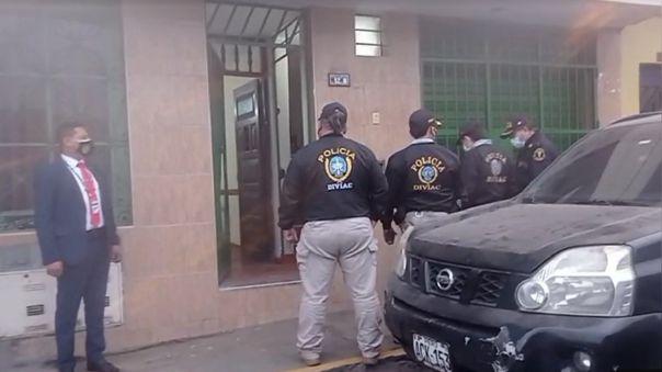 Agentes de la Diviac en la puerta de la casa del alcalde de Independencia, Yuri José Pando Fernández.