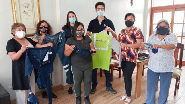 Mujeres peruanas transforman uniformes en productos de moda para generar ingresos y cuidar el ambiente