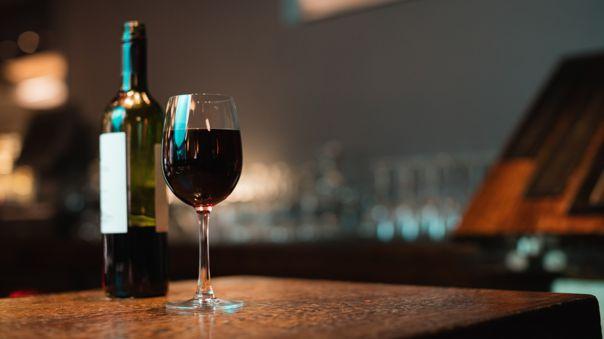 Elegir la copa correcta o usar una decantadora ayudará a que este proceso sea más corto y facilitará apreciar sus aromas.