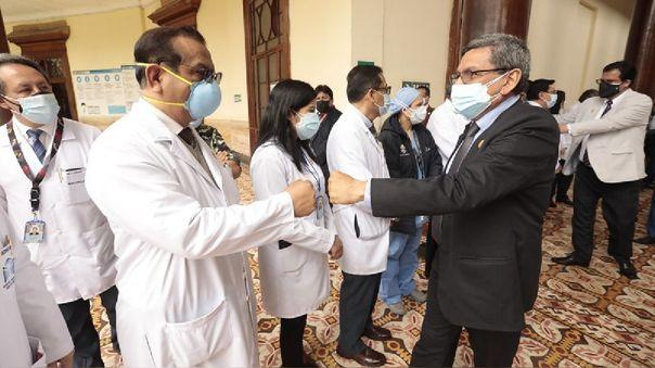 El ministro de Salud anuncia vacunación de tercera dosis para personal sanitario de primera línea.