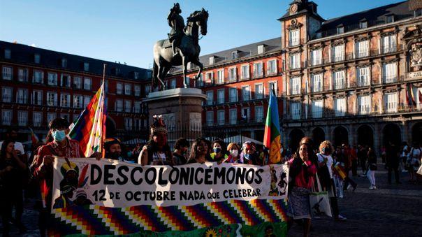 ientos de personas participan en la manifestación '12 de Octubre, ¡nada que celebrar!', este martes, desde la Puerta del Sol hasta la Plaza de Nelson Mandela.