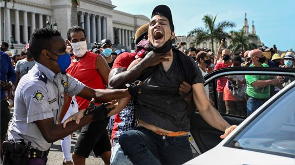 Escena de la represión a las protestas masivas en Cuba del pasado 11 de julio.