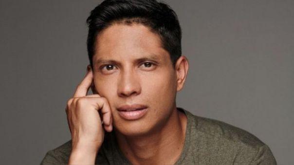 El actor peruano reveló que ya le pidió la mano a su novia y espera que pronto pase la pandemia para realizar la boda.