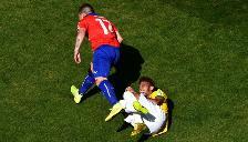 Gary Medel no tiene piedad con Neymar y lo pisa en el suelo