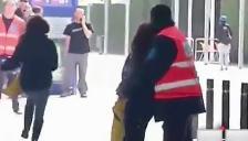 Barcelona: aficionadas burlan seguridad en busca de Gerard Pirqué