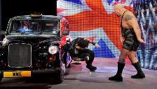 WWE: Big Show aplicó la garra y castigó a Roman Reigns contra un automóvil