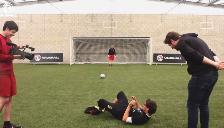 YouTube: Coutinho y Sterling protagonizaron juego de 'penales borrachos'