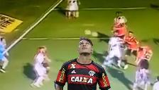 Paolo Guerero casi anota con Flamengo pero el palo le dijo que no