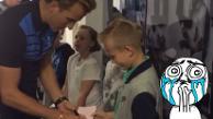 YouTube: la tierna reacción de un niño al recibir el autógrafo de su ídolo