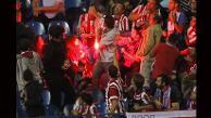 Champions League: hinchas de Benfica lanzan bengalas y caen cerca a un niño