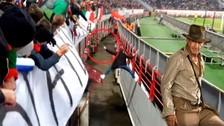 YouTube: hincha del Lokomotiv se escapa del campo y salta a la tribuna
