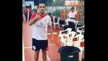 YouTube: Falcao lució su espectacular técnica para botar papeles a la basura