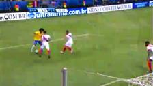 Perú vs. Brasil: Wilian humilló a Yoshimar Yotún antes del gol brasileño