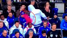 YouTube: Diego Costa le lanzó la camiseta suplente a José Mourinho