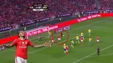 Twitter: Mitroglou marcó un golazo de taco con el Benfica