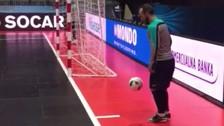 Video: crack del futsal hizo un gol imposible desde atrás del arco