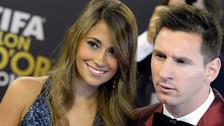 Lionel Messi y Antonella Roccuzzo unidos por tatuajes de coronas
