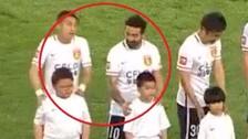 Facebook: Ezequiel Lavezzi troleó a un niño mascota en China