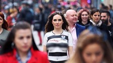 Ayr United: modelo lució nueva camiseta en sensual bodypainting