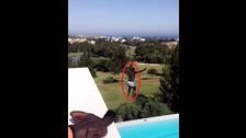 Niang se tiró desde el techo de su casa a una piscina