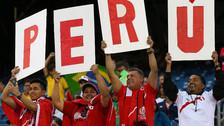 Hinchas peruanos esperando la salida de la selección en el estadio Gillette, de Foxborough, Massachusetts.
