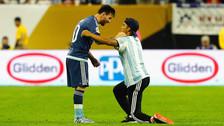 Lionel Messi tuvo un noble gesto con el aficionado.