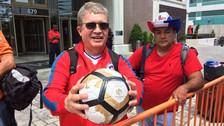 Fanático chileno que muestra emocionado su conquista.