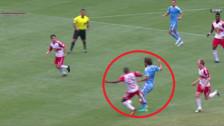 Andrea Pirlo recibió una terrible patada que casi lo lesiona en la MLS
