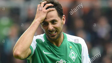Video: Claudio Pizarro fue ridiculizado en amistoso de Werder Bremen