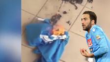 Hinchas del Napoli queman las camisetas de Gonzalo Higuaín
