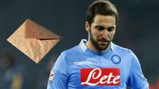 """Gonzalo Higuaín recibió una emotiva carta de """"la voz"""" del Napoli"""